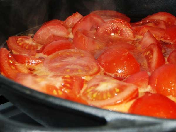 Tomaten in heißem Wasser