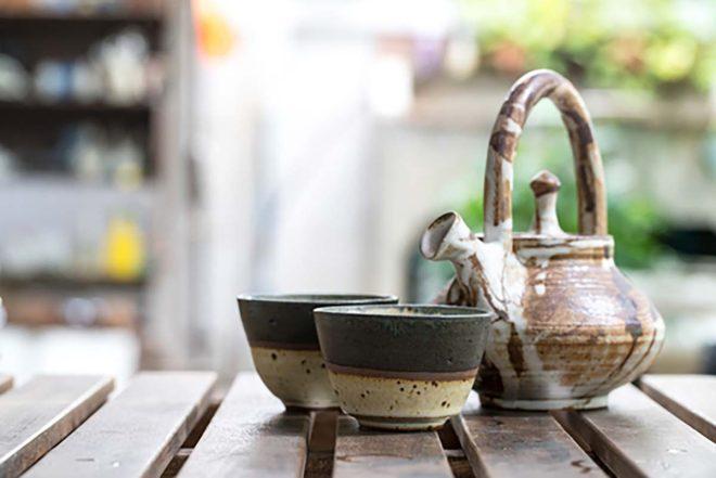 Eine Teekanne aus Keramik